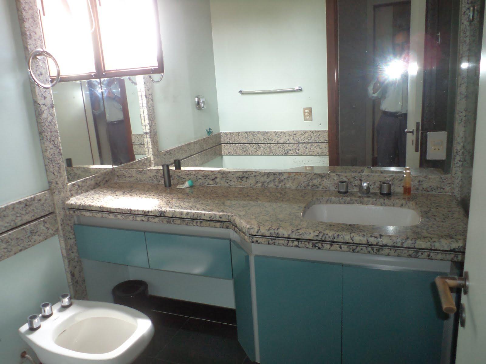 cadeiras amplos armários planejados banheiros com bancada em granito #495F60 1600x1200 Banheiro Com Bancada