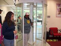Alex passando na porta giratória