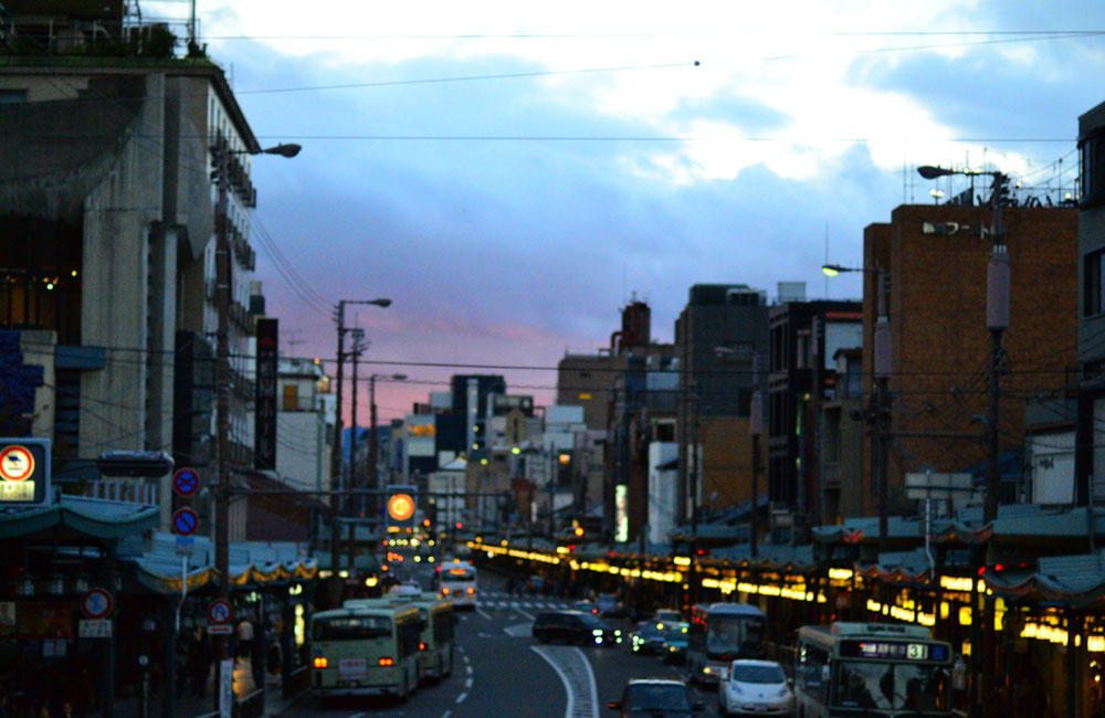 京都の街の夕方の写真