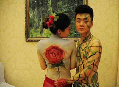 Pasangan Ini Menikah Hanya Berbalut Pakaian Dalam