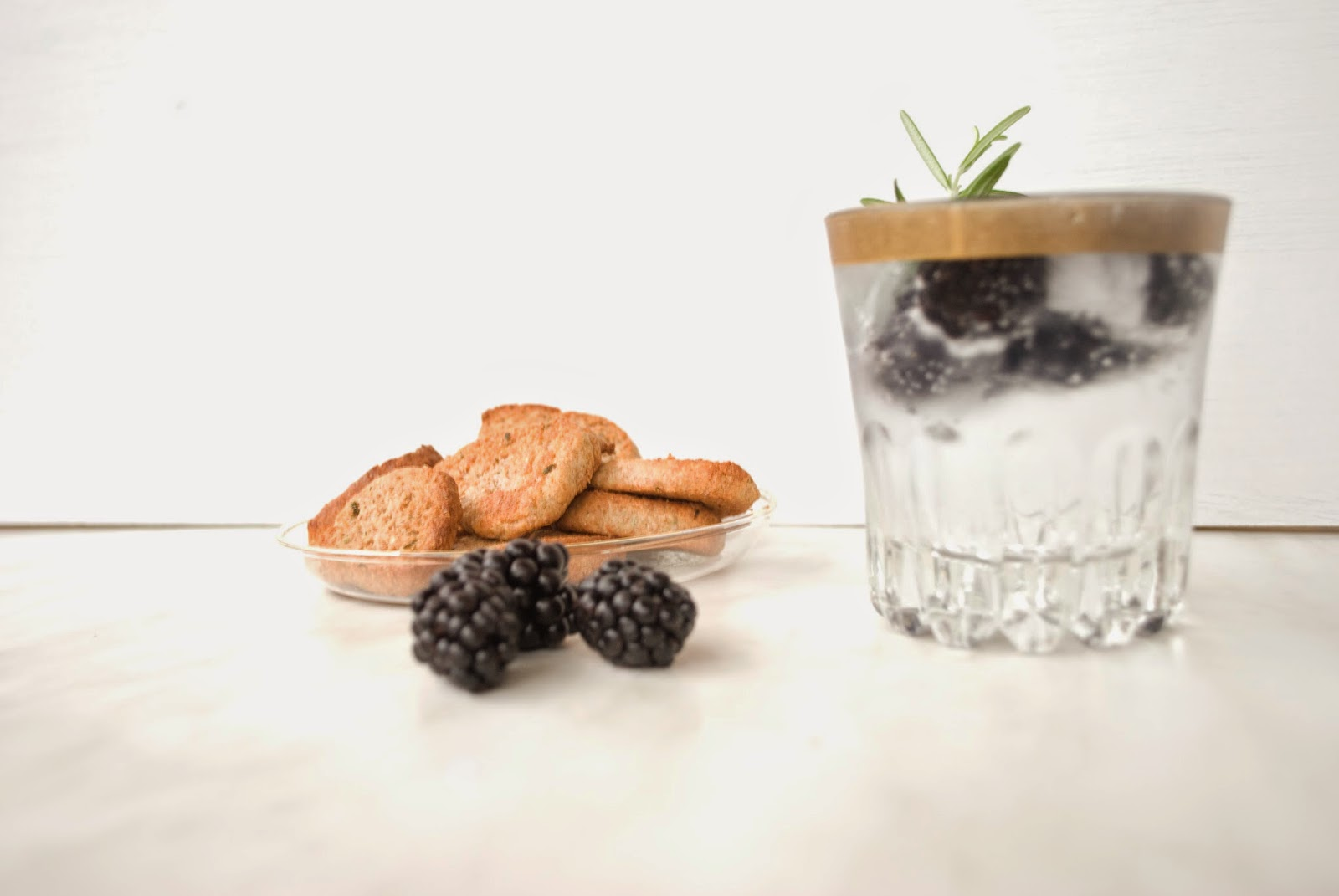Coctails and Snacks: Rosemary´s Baby Drinks Friday Night Weekend Wochenende Freitag Nacht Abend Sommer Longdrink Rosmarin Gin Tonic Tonic Water Kekse Cracker Cookies