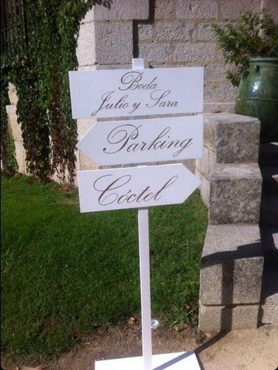 "<Img src = ""carteles boda señalizacion.png"" alt = ""cartel señalizador de madera para boda, nombre personalizado"">"