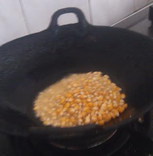 minyak secukupnya menutupi biji jagung