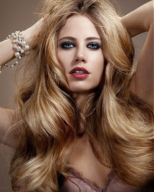 Modelo de peinado sobre cabello largo con efecto volumen Dual Style