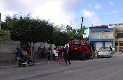 Caminhão carregado de cimento vira no centro de Ribeirópolis.