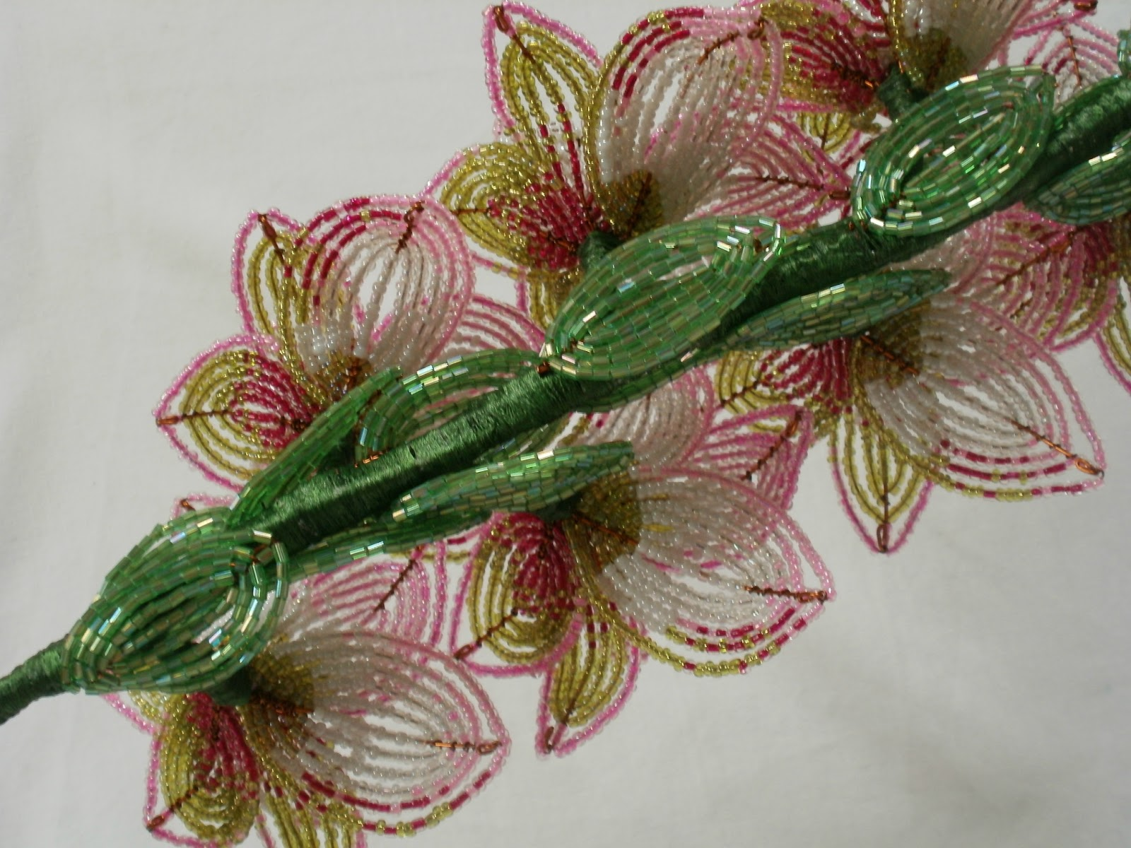 Гладиолус из бисера французским плетением. .  Здесь я буду выкладывать мастер-классы и схемы цветов из бисера, мои и...