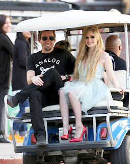 Videoclip » Here's to Never Growing Up [¡100 Millones!] - Página 3 EXPOSTAS.com+Avril+Lavigne+2013-04-07+-+On+Set+of+her+new+Video+HERE%27S+TO+NEVER+GROWING+UP+in+LA+%283%29