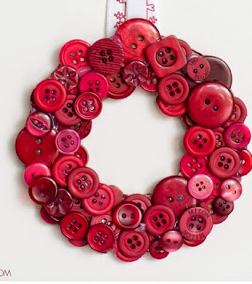 http://translate.google.es/translate?hl=es&sl=en&tl=es&u=http%3A%2F%2Fwww.hopefulhoney.com%2F2014%2F12%2Fdiy-christmas-button-wreath.html