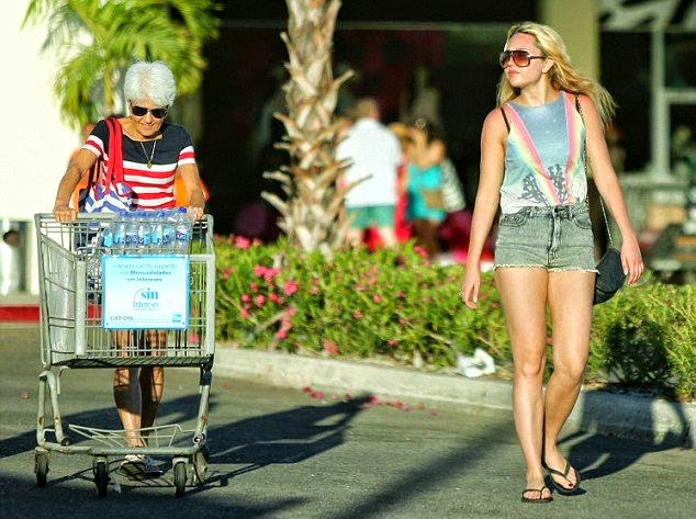 Amanda Bynes enjoyes her vacation with family in Cabo San Lucas,‭ ‬Mexico‭ on Tuesday,‭ ‬April‭ ‬1,‭ ‬2014