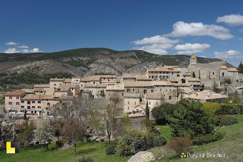 aurel petit village du vaucluse au pied du ventoux photo pascal blachier au delà du cliché