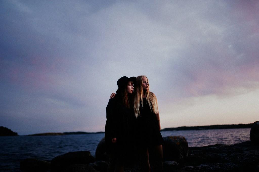Maja och Lisa vid havet
