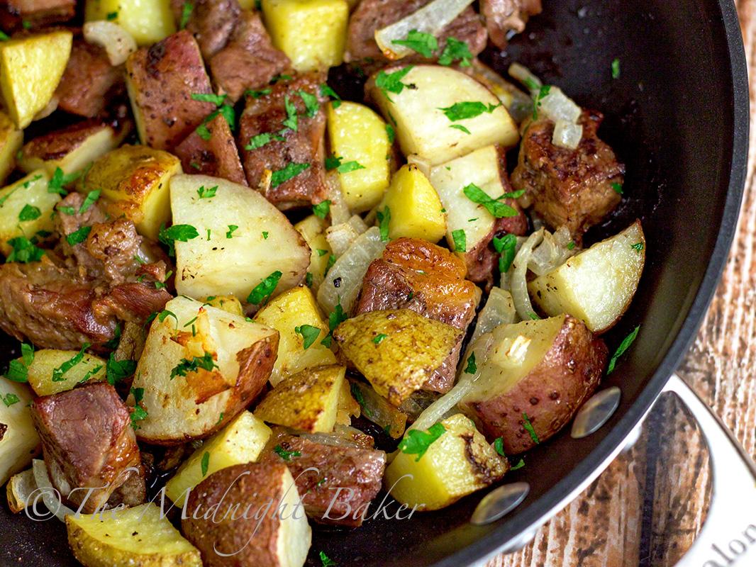 One-Skillet Roasted Steak & Potatoes   bakeatmidnite.com   #beef # ...