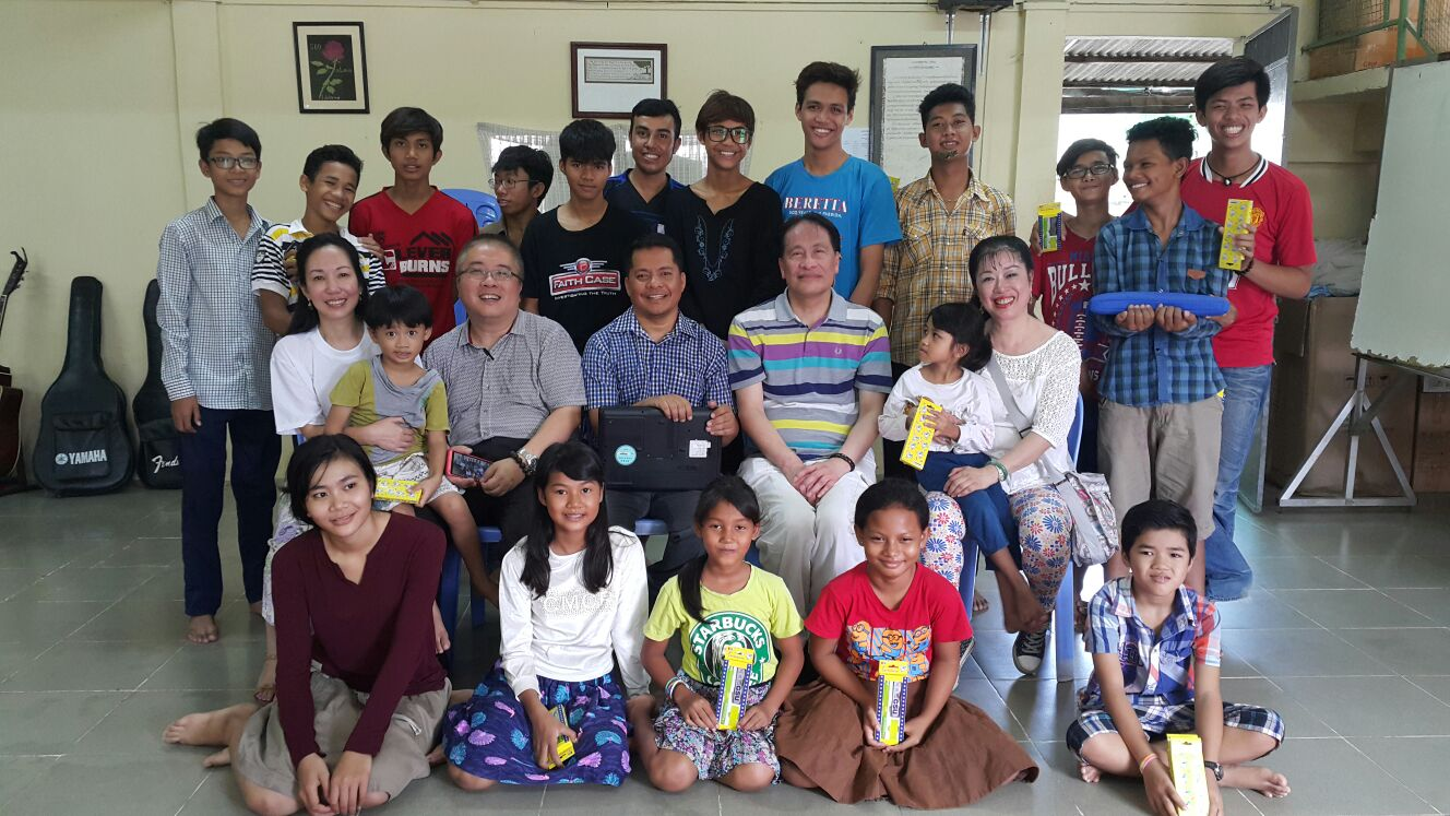 16/06/2016 Dr Mr and Mrs Ho students and orphanage