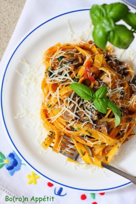 Makaron z pieczarkami i pomidorami