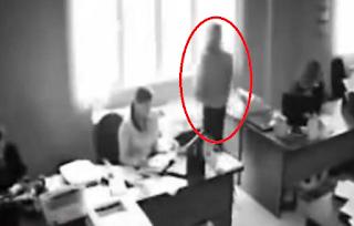 (Σκληρό Video) Σοκ: Πήδηξε από το παράθυρο γιατί της έκανε παρατήρηση το αφεντικό της!