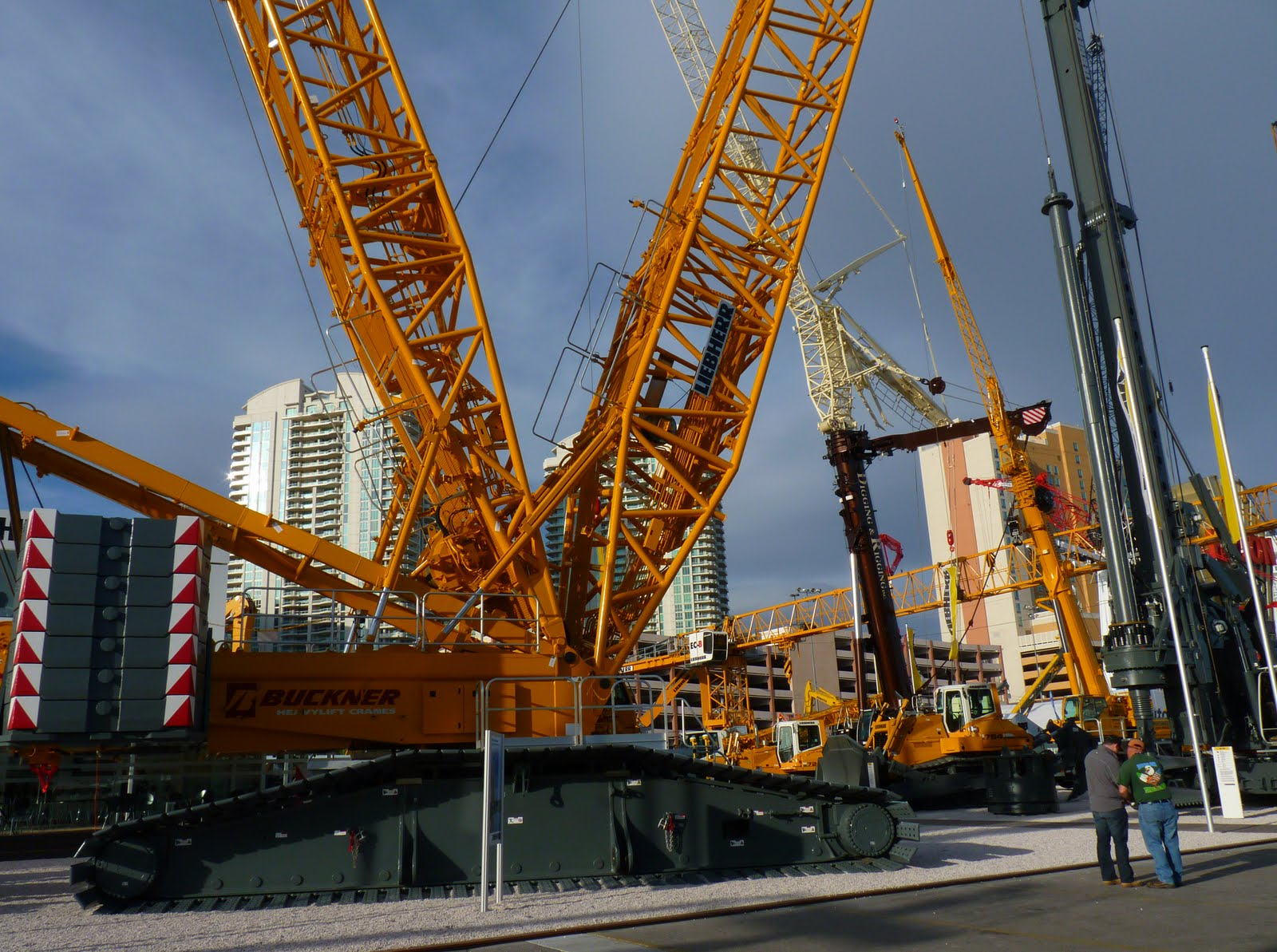 Vegasimages big cranes at the vegas con expo for The crain