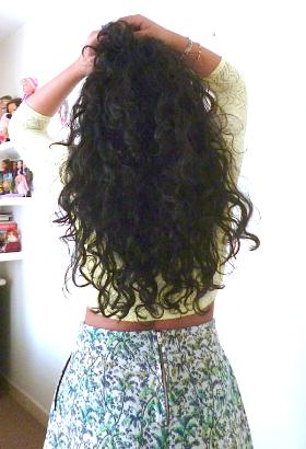 El día de hoy te quiero compartir mis productos básicos para cabello rizado. Yo tengo el cabello largo y rizado natural por lo que mis puntas tienden a ser