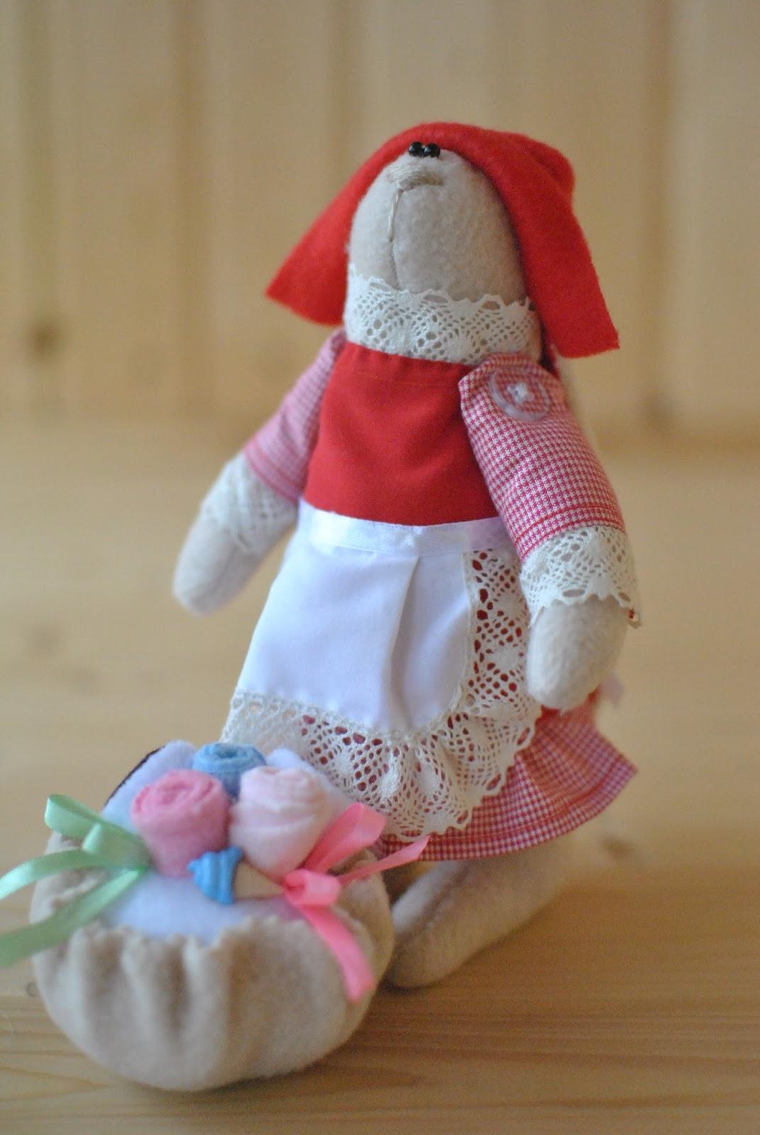 куколка в костюме красной шапочки