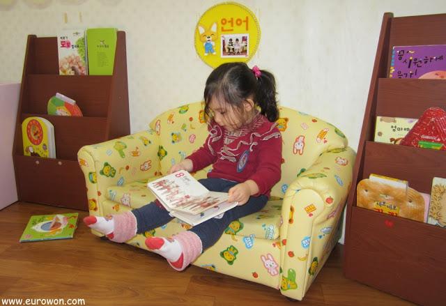 Sonia leyendo un libro al revés