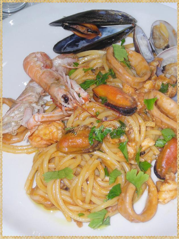 Spaghetti con totani cozze vongole veraci  scampi pomodoro