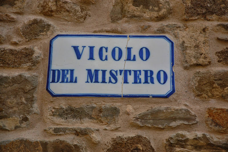 Road sign of Montalcino's vicolo del mistero (mystery alleyway)