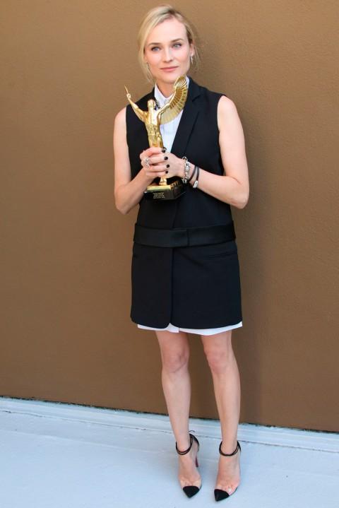 Vestido negro con sandalias doradas