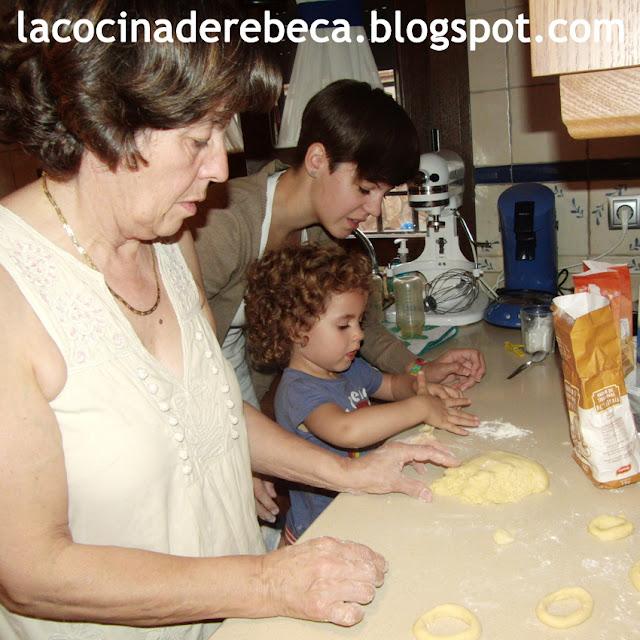 Toda la familia haciendo rosquillas