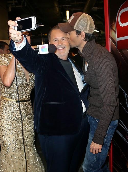 Enrique Iglesias besa de manera cariñosa a Raul De Molina