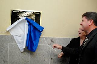 Prefeito Arlei e a presidente do TJRJ, desembargadora Leila Mariano, descerram a placa de inauguração do novo prédio do Fórum de Teresópolis