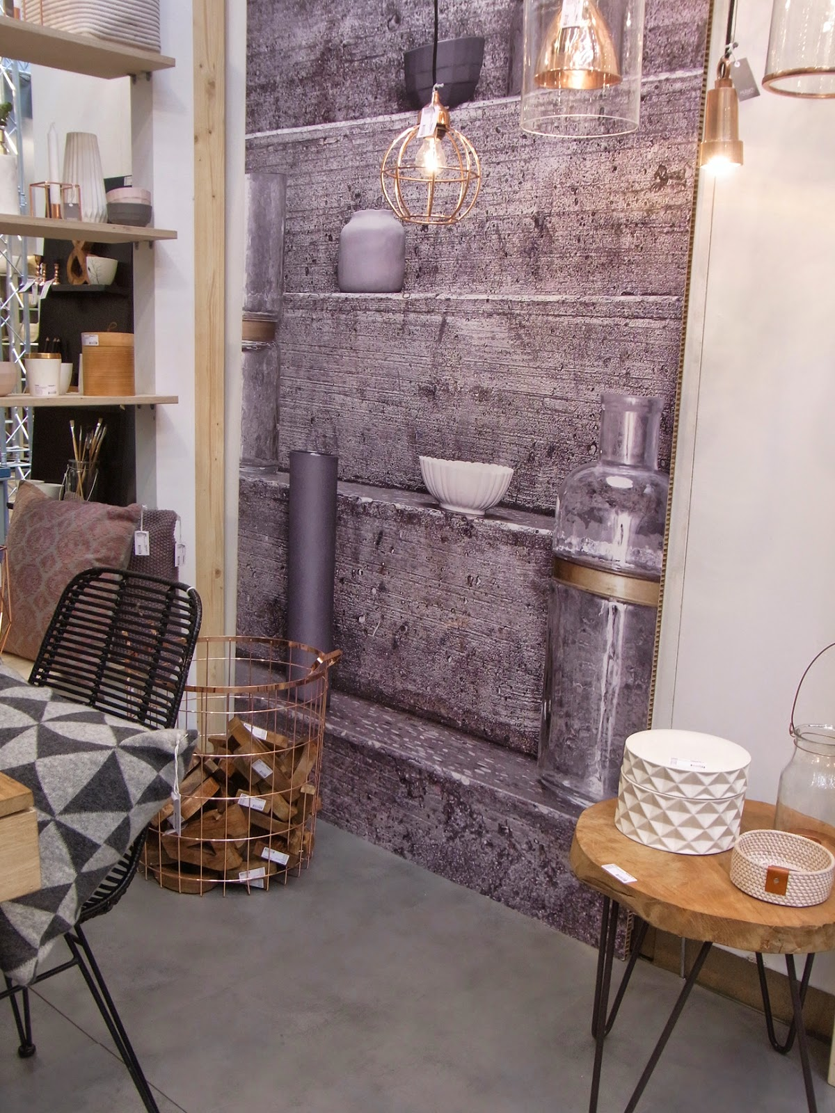 Stühle Kissen Hocker Metallkorb Holz Naturtöne