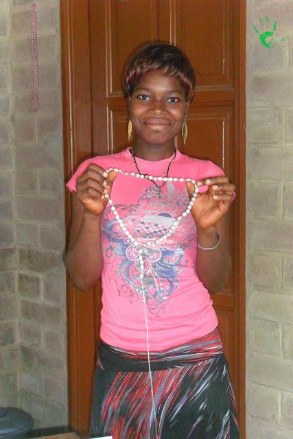 Nella Missione in Africa si preparano i rosari per un battesimo