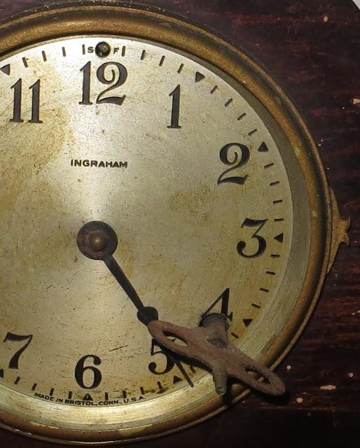 """Ampliação da Foto de Relógio """"Ingraham"""" Antigo de Mesa forrado a madeira. Verdadeira Antiguidade"""