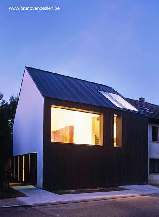 Vista nocturna del frente de la casa contemporánea belga
