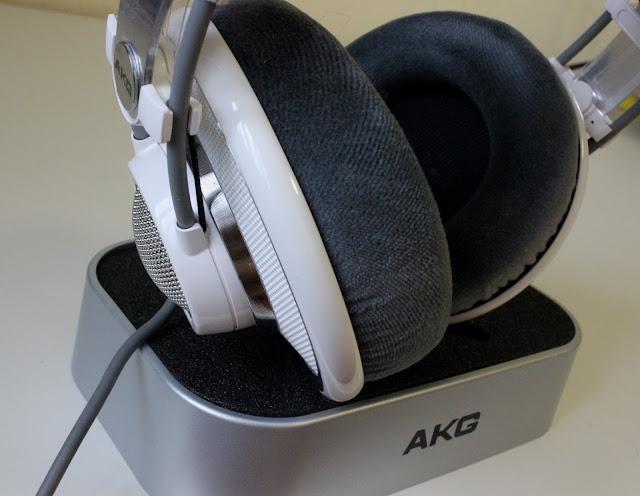 AKG K701 auf Podest