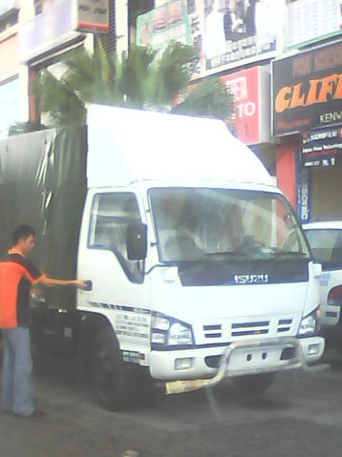 isuzu wooen cargo front view