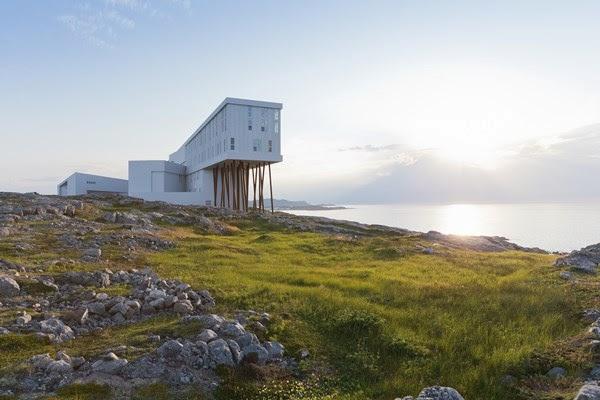 http://diariodesign.com/2013/10/fogo-island-inn-en-terranova-un-maravilloso-hotel-en-el-paisaje-del-fin-del-mundo/