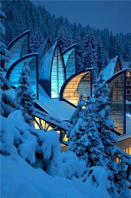 Edificios modernos en las montañas nevadas de Alaska