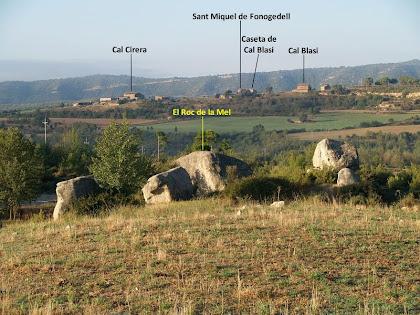 Panoràmica del Roc de la Mel i del llogaret de Fonogedell des del Camí de Can Pasqual