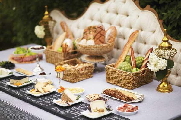 tabla de quesos pizarra grande en el jardin