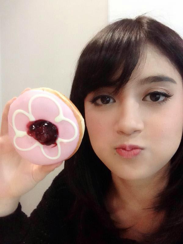 Foto Nabilah JKT48 Menyamakan Pipinya Dengan Donat