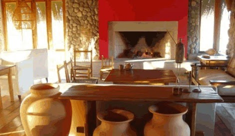 Decoración con elementos como la madera y las vasijas