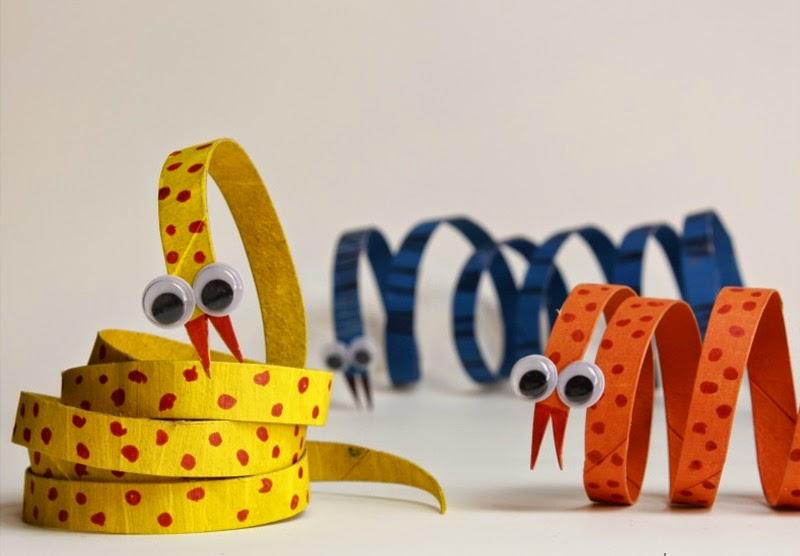 Serpiente con rollos de papel higiénico