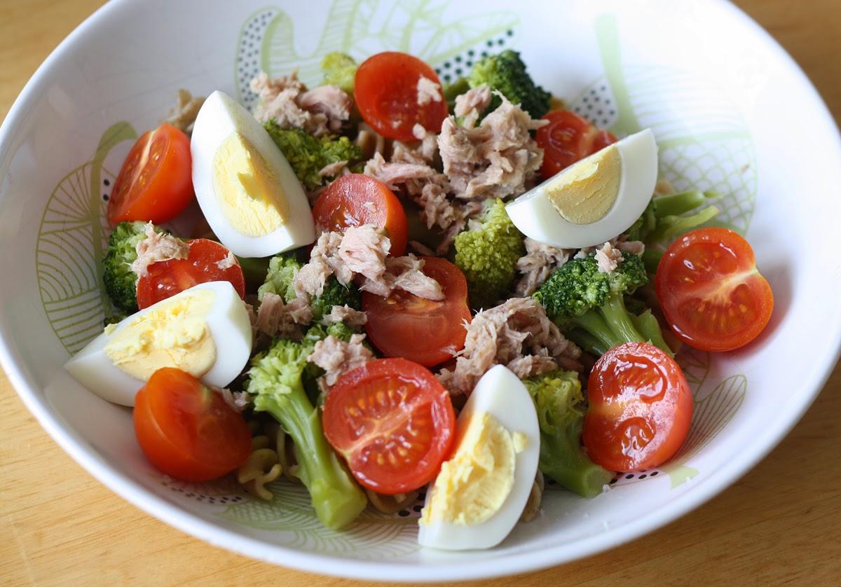 sałatka z makaronem, brokułem, tuńczykiem