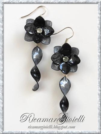 Orecchini a forma di fiore e con pendente a spirale fatti con smalto per unghie
