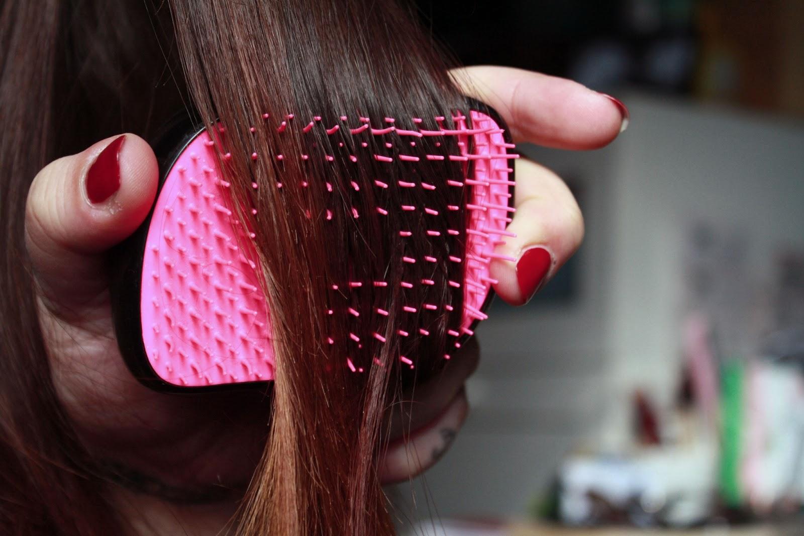 la uso sia su capelli bagnati che asciutti e in entrambi i modi svolge alla perfezione il suo lavoro in meno di 5 minuti riesco a sciogliere anche i nodi