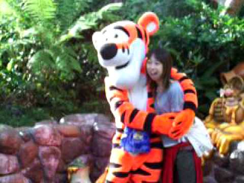 Tigger with fan Many Adventures of WInnie the Pooh 1977 disneyjuniorblog.blogspot.com