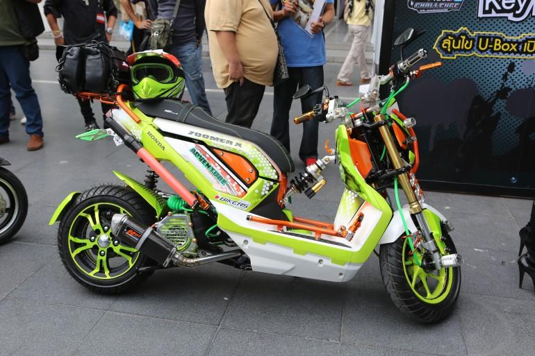 Gambar Motor Modifikasi Honda Zoomer-X warna nyentrik title=