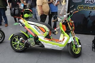 Gambar Motor Modifikasi Honda Zoomer-X warna nyentrik