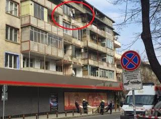 Баща на две деца заплашва да скочи от четвъртия етаж