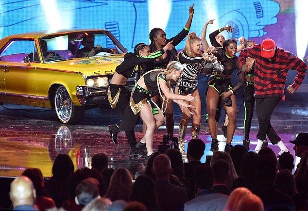 Way to make another family statement! The singer, Fergie enjoyed her stage show in very daring ensemble as her husband, Josh Duhamel opened her appearance on the American Music Awards 2014.